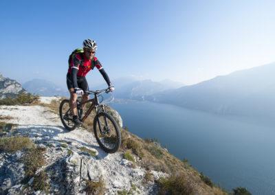 mountainbiking over the lake garda